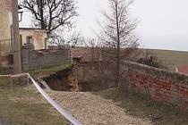 Zřícením zdi se vytvořil obrovský kráter