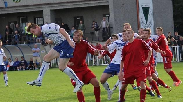 Nové Strašecí doma podlehlo Kladnu (v bílém) 2:3 na penalty.