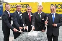 Představitelé firmy i města Kladna společně poklepali na základní kámen nového logistického areálu v bývalé Huti Koněv.