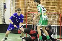Vlevo Ondřej Hněvkovský (13), vpravo Tomáš Kindl, v brance Petr Pajer /  FBC Kladno - Bohemians Praha 9:6, florbalová 1. liga, poslední finále (serie 3:1),4.4.2010