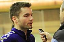 Tomáš Janeček (hrající hlavní trenér Kladna) dává rozhovor pro Deník
