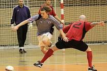 Marcel Kedroň ve čtvrtfinále Soptík k výhře nad Šindy Boys nedotlačil. Halový turnaj ve fotbale, r. 2009 - uspořádal Josef Fujdiar.