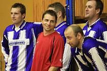 Josef Fujdiar, pořadatel turnaje (uprostřed v červeném). Vpravo Pavel Drsek, aktuálně (bohužel pro SK Kladno) hráč Jablonce.