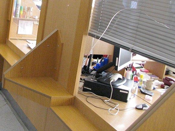 Rozběsněný klient rozmlátil vzteky okénko přepážky. Úřednice naštěstí nepřišla k  úrazu.