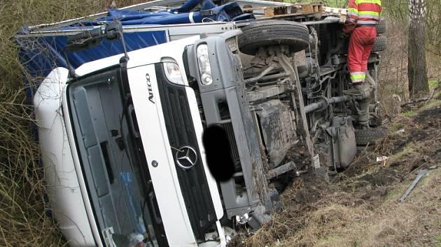 V úterý dopoledne se mezi Libušínem a Kladnem-Švermovem převrátil kamion. Prý se pod ním utrhla krajnice.