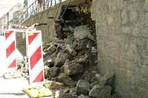 Zeď spadla v ulici V. Burgra, která bude uzavřena na dobu neurčitou.