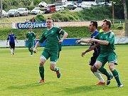 Útočník Vraného Kubík (v modrém) téměř ztracený míč našel mezi semickými stopery a vstřelil důležitý první gól.