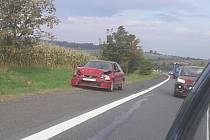 Pravděpodobným viníkem páteční nehody u Lotouše je řidič červené hondy.