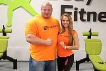 Těžko byste hledali větší kontrast. Mezi závodníky Extrifit týmu, powerlifterem Petrem Petrášem a fitneskou Evou Dlabajovou, je váhový rozdíl 120 kg.