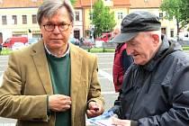 LIBOR ROUČEK pracoval a žil v belgickém Bruselu v letech 2004 až 2014. Na snímku vlevo při volební kampani do Evropského parlamentu na Masarykově náměstí ve Slaném.