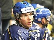 Kladno (v modrém) srolovalo před novým rokem Kadaň na jejím ledě 7:1. Tomáš Redlich