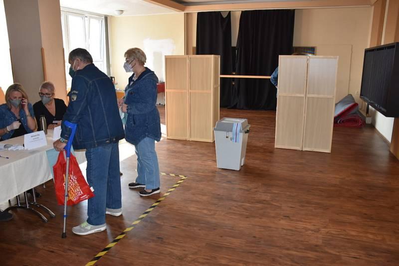Volby ve Stochově v kulturním domě, pátek 8. října 2021.