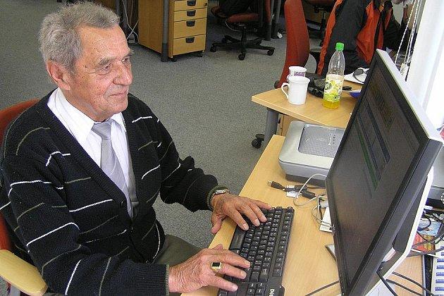 Principál Cirkusu Humberto Bohumil Navrátil v redakci Kladenského deníku.