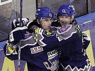 Martin Procházka (vlevo) a Pavel Patera vymění hokejovou výzbroj za tenisovou raketu.