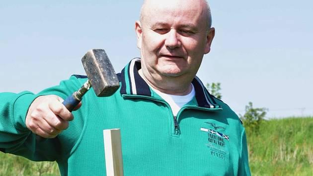 STAROSTA VELKÉ DOBRÉ Zdeněk Nosek v sobotu zatloukl první kolík, na který bude umístěn plašič zvěře.