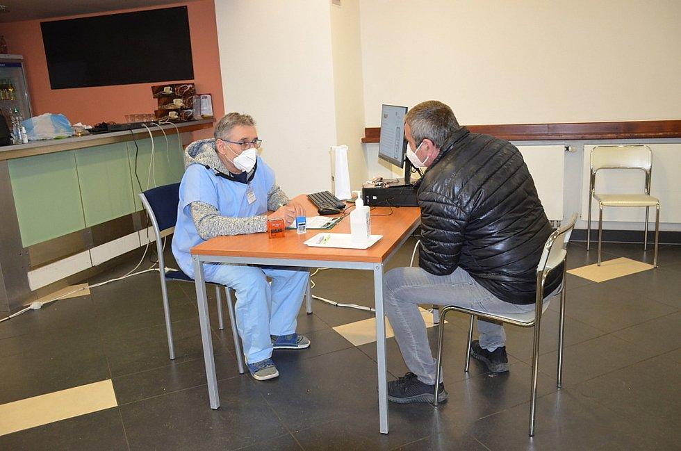 Ve slánském očkovacím centru trhli rekord, očkují zde přes tisíc lidí denně.