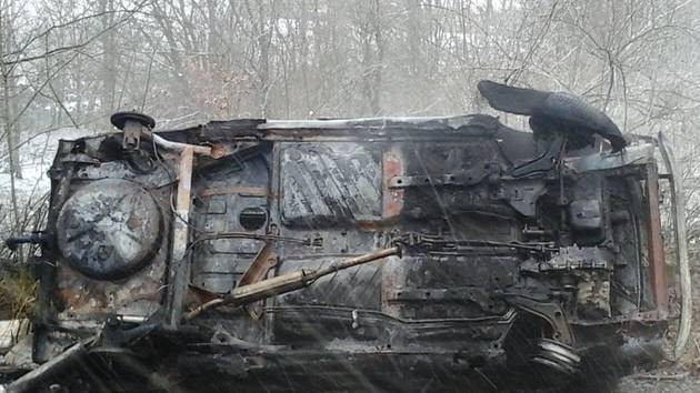 Hořící auto museli uhasit hasiči.