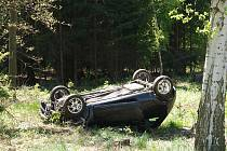 Ford Ka skončil mimo silnici na střeše