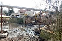 Historický most ve Velvarech nadobro zmizel, nahradí ho moderní stavba. Kontrolní den.