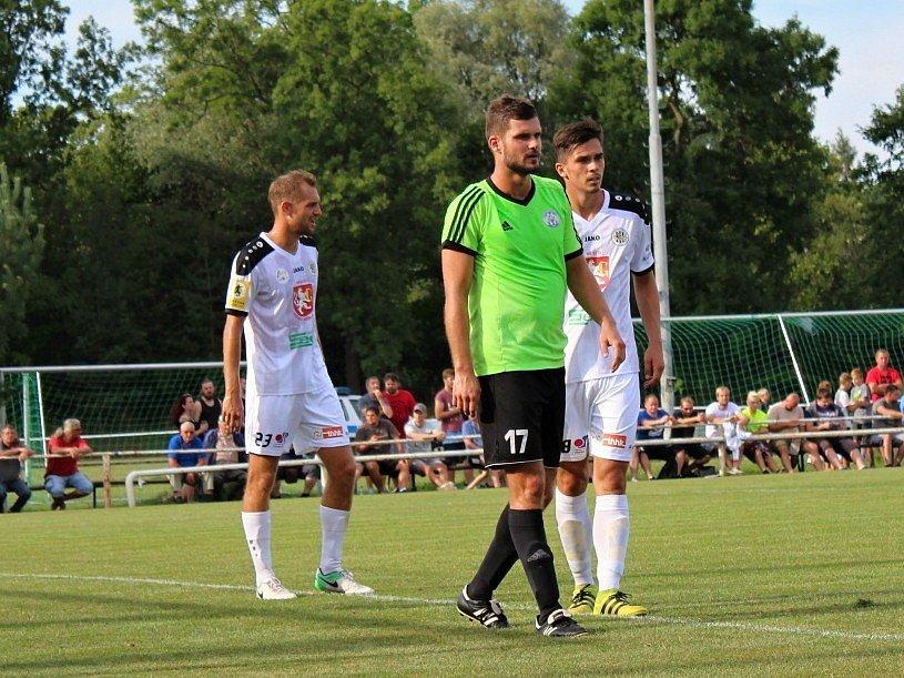 Velvary (v zeleném) prohrály v MOL Cupu s Hradcem Králové 0:1. V zeleném Dominik Vašut