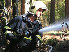 Proč v sobotu ráno začal hořet let poblíž Kamenných Žehrovic šetří policie.