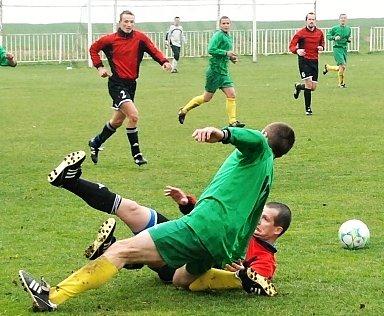 Stochovu (v červeném) se nepovedlo ani utkání v Mutějovicích.