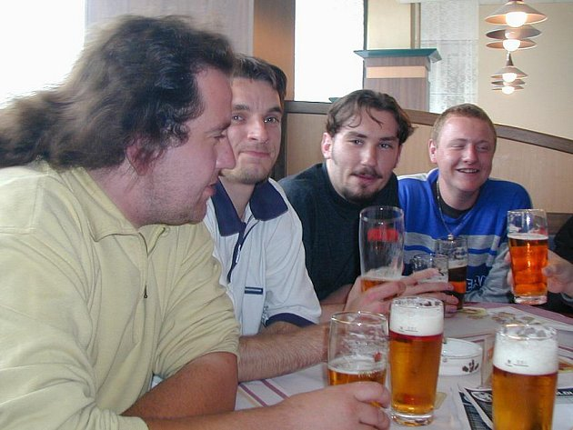 Jaroslav Zelenka (druhý zprava) na archivním snímku kladenského fanklubu