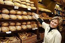 Podle pekařů by zákazníci měli vědět, jaký chléb kupují. Výroba, použité suroviny a samozřejmě skladování totiž výrazně ovlivňují jeho trvanlivost.