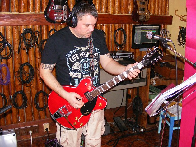 Frontman skupiny Sklad Na Rock Lee Fazman Jaránek.