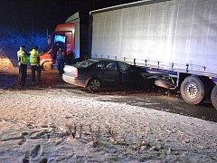 DOPRAVNÍ NEHODA se stala v úterý večer na silnici z Prahy do Slaného u benzinové čerpací stanice.