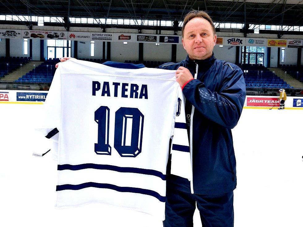 Pavel Patera představuje retro dres na speciální zápas Kladno - České Budějovice. Vydražen byl za 16 300 korun.