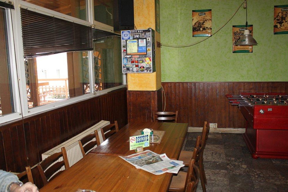Servírka z hospody Pivní pomoc viděla muže podezřelého z vraždy naposledy den před Silvestrem. Seděl na židli u stolu zcela vpravo. Dal si pár piv a nějaké zelené. Patřil prý spíše k tichým hostům.