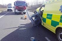 Vážná dopravní nehoda Volkswagenu a sanitky se stala ve čtvrtek půl hodiny před polednem na silnici I/7 ze Slaného do Loun na úrovni obce Hořešovičky.