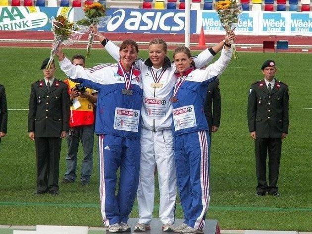 Sedmibojařka AC Tepo Kladno Eliška Klučinová (vlevo)  touží po olympijském limitu.
