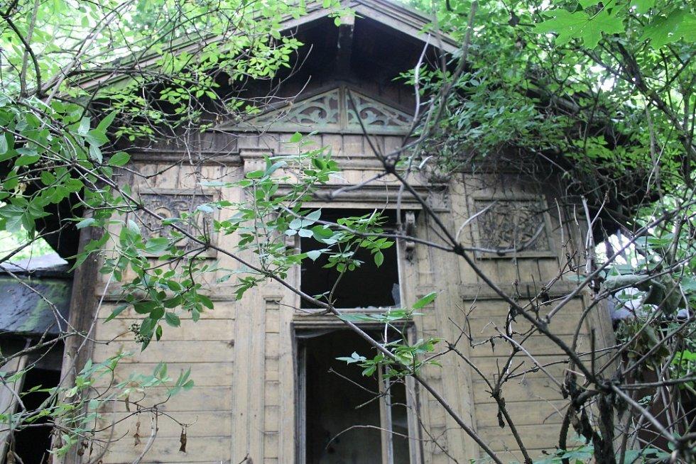 Chátrající dřevěná chatka v soukromé zahradě ve Velvarech
