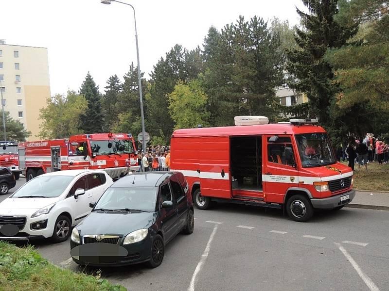 Prověřovací cvičení - evakuace hořící školy v Kladně.