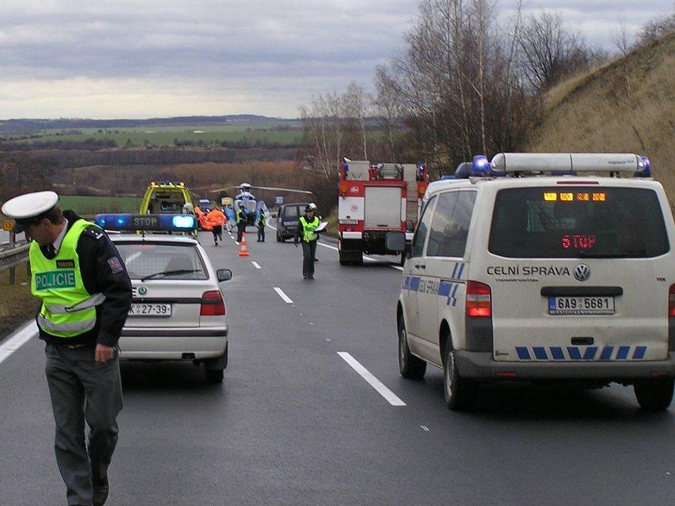 Nehoda zablokovala na několik hodin rychlostní silnici R7.