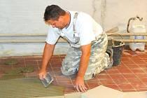 V NĚKTERÝCH ŠKOLÁCH panoval o prázdninách čilý stavební ruch. Například v Základní škole v Amálské ulici  v Kladně byly udělány nové podlahy.
