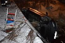 Vozidlo skončilo v požární nádrži.