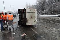 Převrácený vůz na odvoz odpadků.