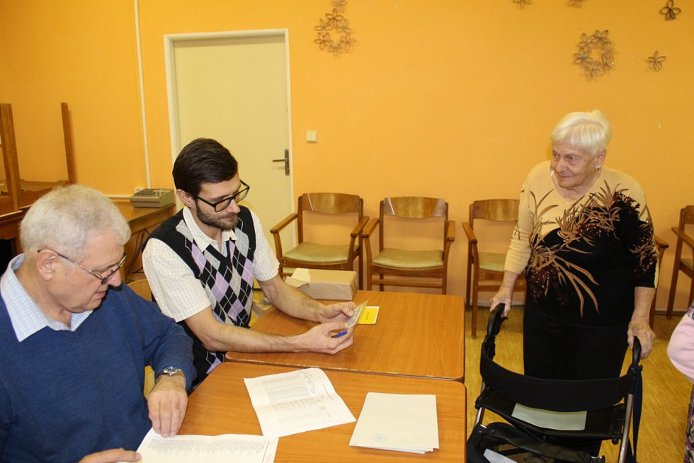 Svůj hlas do přenosné urny vhodili také klienti kladenského Domova pro seniory.
