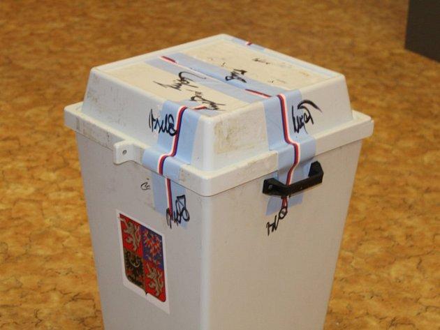 Vhodit do urny hlasovací lístkem se jménem svého favorita mohli lidé také v prostorách kladenského gymnázia.