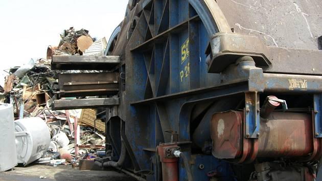 Z lisu ve sběrně surovin vyšlehly plameny. Dva zaměstnanci byli zraněni.