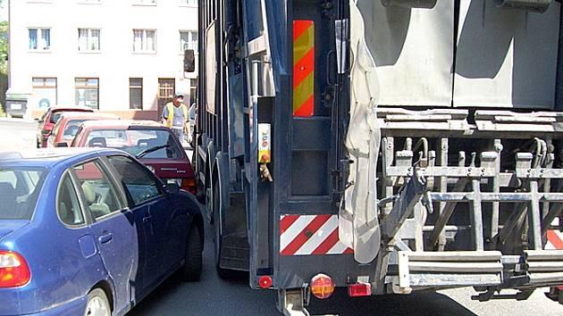 Průjezd ulicí Václava Rabase je pro řidiče MPS někdy skutečně náročný. Jde tu doslova o centimetry.
