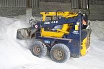 Narozdíl od lyžařů si silničáři každoročně přejí co nejmírnější zimu, která by jejich zásoby soli příliš nezmenšila.