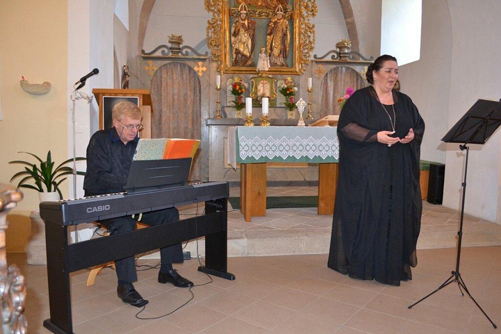 Profesor Jan Kalfus a Yvona Škvárová, sólistka opery Národního divala Praha
