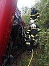 Slánští hasiči zasahují u tragické čtvrteční nehody. Mrtvého řidiče cisterny museli z kabiny vozu vystřihat.