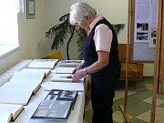 V předsálí volební místnosti v budově OÚ ve Družci připravil kronikář již tradičně výstavku kronik a ke 100. výročí republiky informace o legionářích z Družce.