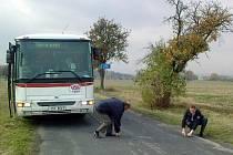 """Úzká vozovka, nevyhovující poloměr zatáček a nevhodný okolní terén. To jsou hlavní důvody, proč policie nepovolila autobusovou linku do Trněného Újezdu. Zákolanští ale říkají: """"Nevzdáme to!"""""""