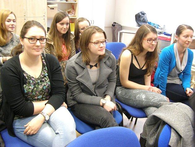 Studentky při výuce první pomoci.